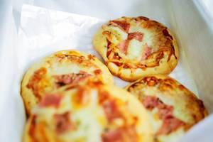 Pizza Häppchen mit Käse und Schinken
