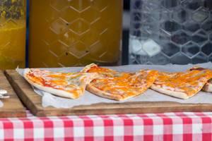 Pizza mit Cheddar-Käse