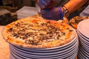Pizza mit Pilzen aus dem Holzofen