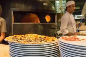 Pizza mit Steinpilzen aus dem Holzofen