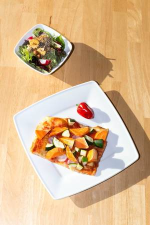 Pizza mit Süßkartoffeln, Zucchini und Chia-Walnuss-Salat