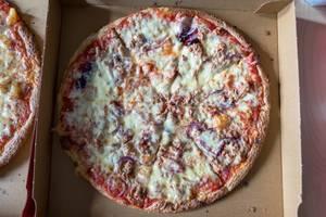 Pizza mit Zwiebeln und Thunfisch