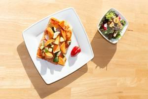 Pizza with sweet potatoes, zucchini and chia/walnut salad