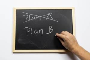 Plan A durchstreichen und Plan B auf einer Kreidetafel aufschreiben