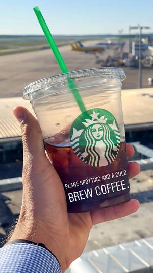 Plane Spotting und Cold Brew Coffee von Starbucks