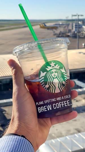 Plane Spotting und Cold Brew Coffee von Starbucks