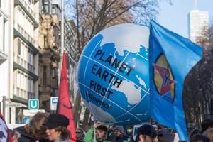 Planet Earth First als riesiger Ball die Erdkugel symbolisierend bei den Fridays for Future