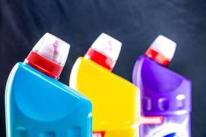 Plastikflaschen mit Reinigungsmittel für Toilette und Bad