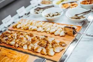 Platte mit geräuchertem Fisch verschiedener Sorten