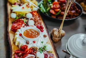 Platte mit Käse und Feinkost