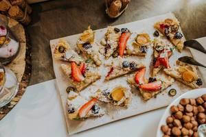 Platte mit Obstkuchen-Stücken