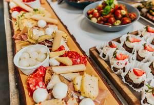 Platte mit unterschiedlichen Feinkost- und Käseprodukten