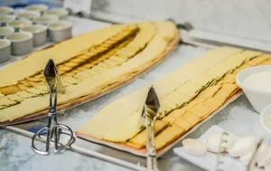 Platten mit verschiedenen Käsesorten am Frühstücksbuffet