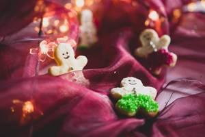 Plätzchen in Lebkuchenmannform mit bunten Perlen