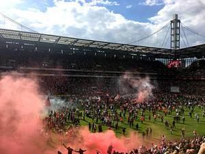 Platzsturm im RheinEnergie-Stadion nach dem 5. Platz für den 1. FC Köln
