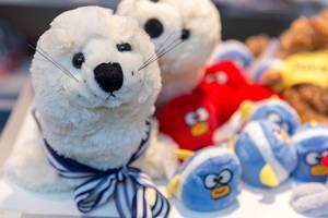 Plüschtiere wie weiche, weiße Robben und Angry Birds Vögel mit Schärfentiefe
