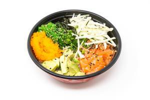 Poke Bowl Lachs Teriyaki - mit Sushireis, Lachs, Avocado, Krautsalat, Wakame Salat, Wasago, Nori, Teriyaki-Sauce, Soja-Sauce, Sesam und Schnittlauch in einer Schüssel