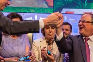 Politiker spielen Super Mario Party auf der Gamescom. Hans und Laschet schütteln Hände nach einer Partie Super Mario Party