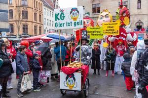 Politischer Karnevalszug am Rosenmontag in Köln mit Attac-Aktivisten & Figuren von Andi Scheuer (Andi B. Scheuert), der Jungfrau Vonovia & Prinz Narrenkappetalismus