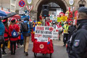 Politisches Statement der Pappnasen rot-schwarz gegen Rassismus beim Rosenmontagszug am Severinstor in Köln