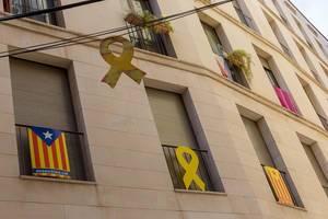Politisches Statement und Symbole der gelben Schleife an den Häusern Barcelonas, in Spanien, zeigen Solidarität mit Katalonien