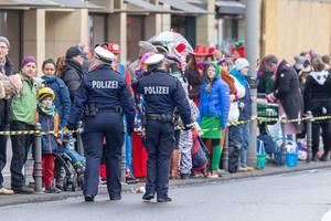Polizeibeamtinnen beim Rosenmontagzug - Kölner Karneval 2018