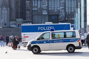 Polizeifahrzeug vor dem Kölner Dom und Hauptbahnhof
