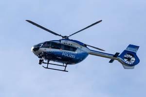 Polizeihubschrauber in der Luft vor klarem blauen Himmel über der Fridays for Future Demonstration zum Klimastreik
