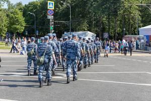 Polizisten mit langen Schlagstöcken während der Fußball-WM 2018