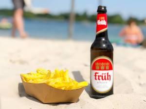 Pommes und Kölsch am Strand