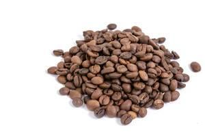 Portion aromatisch geröstete Kaffeebohnen isoliert vor weißem Hintergrund