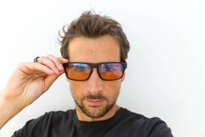 Porträt eines Mannes, der die Horus X PC Gaming Brille mit Blaulichtfilter trägt