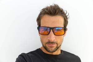 Porträt eines Mannes mit der Horus X PC Gaming Brille mit Blaulichtfilter vor weißem Hintergrund