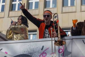 Posaunespieler von Querbeat heizt die Stimmung auf - Kölner Karneval 2018