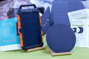Powerbank mit Solarpanel zum stromunabhängigen Aufladen von Geräten mit Sonnenenergie