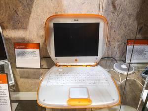 Powerbook iBook Computer von Apple im Technikmuseum in Brünn, Tschechien