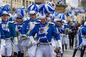 Prachtvoll gekleidete Blaue Funken beim Rosenmontagszug - Kölner Karneval 2018