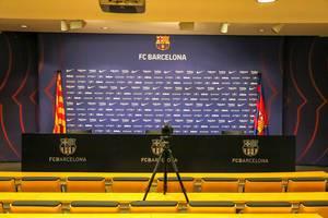 Pressezimmer mit gelber Sitzreihe für Journalisten und kleiner Bühne für Spieler und Mitarbeiter des FC Barcelona auf dem Camp Nou Gelände in Katalonien, Spanien
