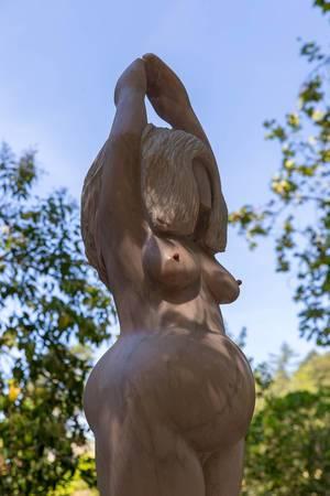 Primitive Skulptur eines Abbildes einer Frau