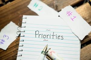 Prioritäten setzen - Notizheft mit Stift und Papier