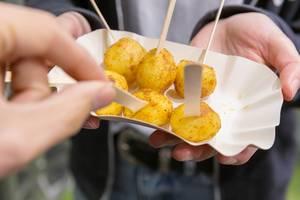 Probierteller mit kleinen Bratkartoffeln auf der Fibo Köln