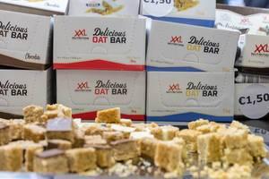 Probierteller mit leckeren Haferriegel von XXL Nutrition in verschiedenen Geschmacksrichtung auf d Fibo in Köln