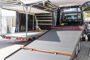 Professioneller Autotransport mit Algema Fit-Zel:Blitzlader 2 auf Mercedes Benz Sprinter, vollhydraulisch kippbar