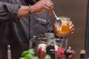 Promi-Koch Nelson Müller bereitet einen Obstsalat zu