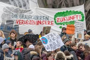 Protest gegen RWE mit dem Schild