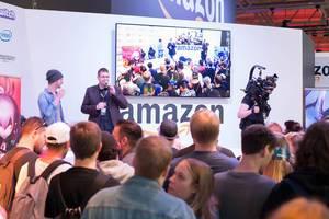 Publikum schaut sich eine Präsentation von Amazon an