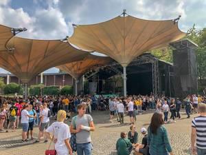 Publikum vor dem Konzert von Marteria und Casper am Tanzbrunnen