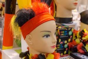 Puppenkopf mit schwarz-rot-goldfarbenen Haaren - IAW Köln 2018