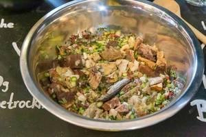 Pura Petfood stellt Barf - Hundefutter vor, gefriergetrocknet im Napf mit tierischen Zutaten wie Fisch, Wasser und Gemüse, auf der Hundemesse 2019 in Köln