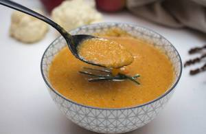 Pürierte Gemüse-Cremesuppe - Mit Löffel in einer Schale